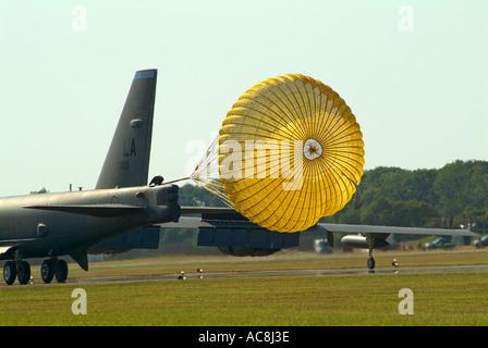 Un Boeing B52 Superfortress déploie son parachute de freinage à l'atterrissage au Royal International Air Tattoo de Fairford Juillet 2005