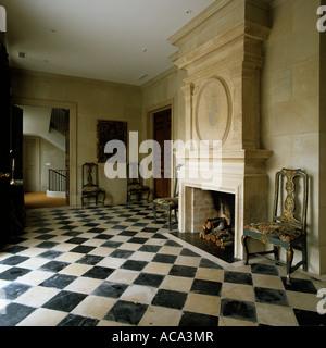 Cheminée en Pierre dans la salle de réception vide avec plancher à carreaux Banque D'Images
