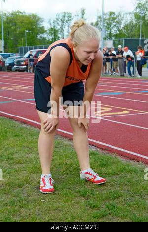 High School d'athlétisme, épuisé après avoir exécuté un événement Banque D'Images