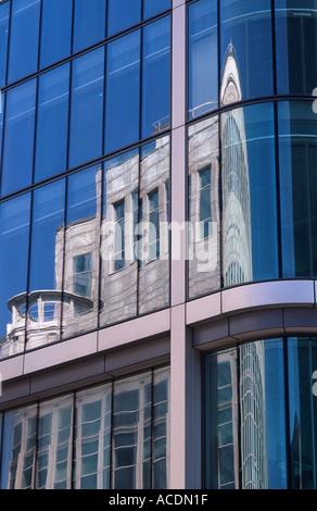 Métro de Londres Ltd building reflected in glass wall de Citigroup Center, Canary Wharf, London Docklands Banque D'Images