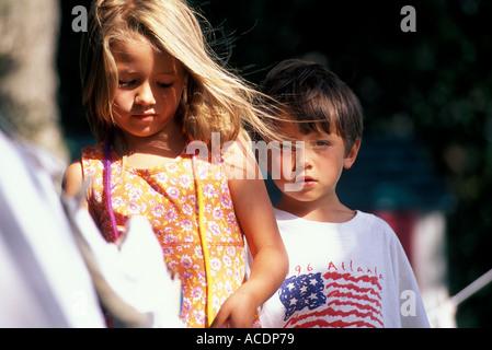 Un frère et une sœur jouer dehors. Banque D'Images