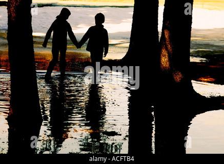 Deux enfants de marcher dans l'eau Banque D'Images