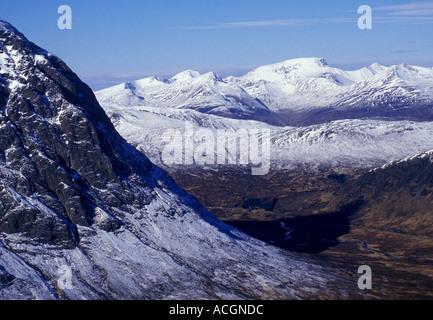 Le Ben Nevis est vu dans la distance au-delà de Buachaille Etive N.Face Mor - vue de Sron na Creise Banque D'Images