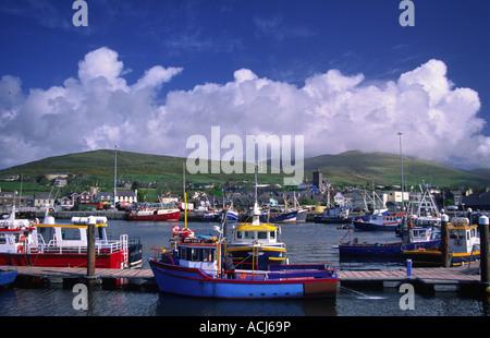 Les bateaux de pêche et chalutiers amarrés dans dans le port de Dingle. Le comté de Kerry, Irlande. Banque D'Images