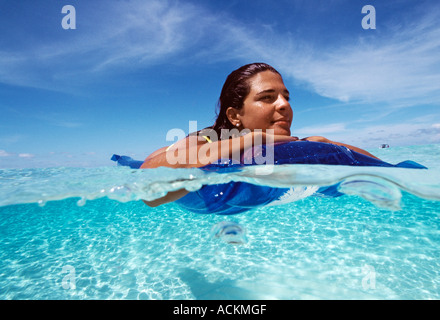 Grand Cayman, îles Caïmans Sandbar en vertu d'une femme flottant dans l'eau claire Banque D'Images