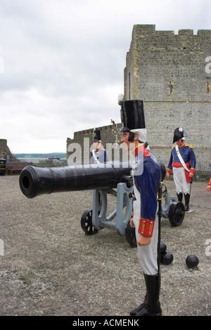 Début du xixe siècle les canons et artilary hommes situé sur la grande batterie de Carrickfergus Castle