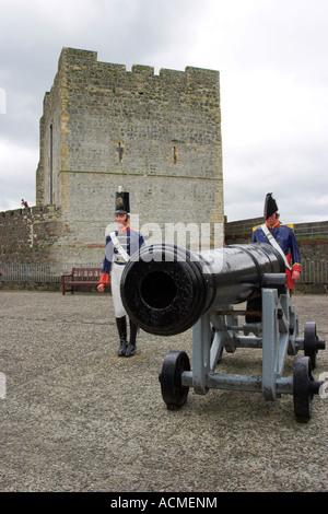 Début du xixe siècle les canons et les artilleurs de la batterie situé sur le Grand de Carrickfergus Castle