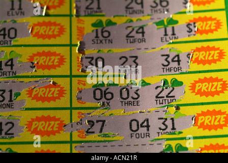 Gratter des billets de loterie