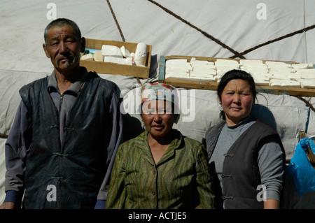 Nomads homme et deux femmes sont debout devant leur yurte de fromage est le séchage sur le toit près de l'Altaï Banque D'Images
