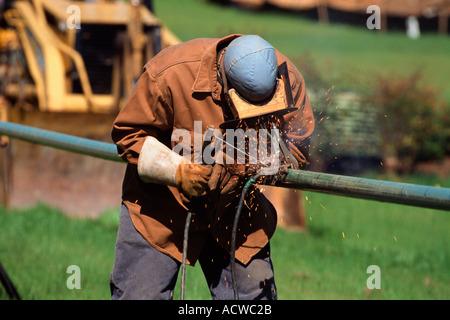 Travailleur de la construction d'un tuyau de soudure