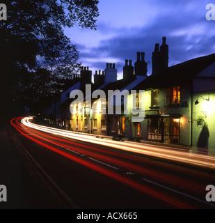 Les sentiers à travers la circulation de nuit Village Prestbury Prestbury près de Macclesfield Cheshire England UK