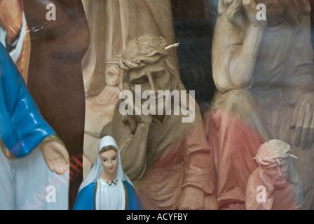Détail d'icônes dans la fenêtre d'un magasin vendant des articles religieux Banque D'Images