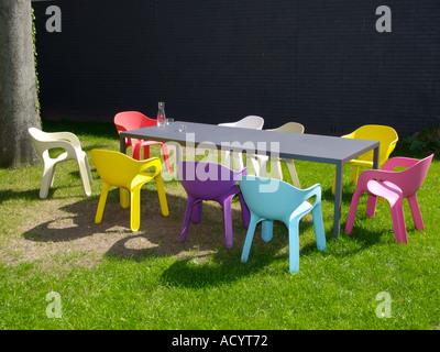 Conception en plastique de couleur vive neuf chaises autour d\'une ...
