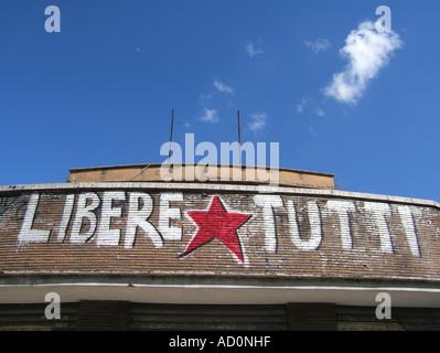 Fasciste anti graffiti sur bâtiment abandonné dans le quartier de garbatella, à rome Banque D'Images