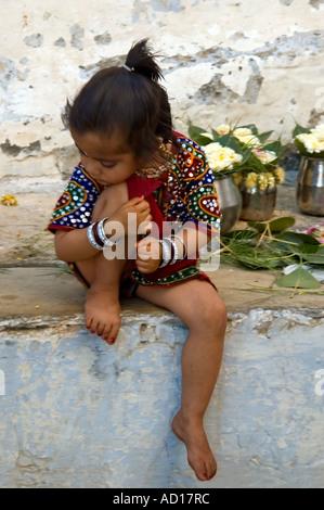 Portrait vertical d'une jolie petite fille indienne est assise dans sa robe de meilleur au cours de l'Ugadi Festival Banque D'Images