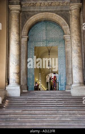 Garde suisse à Saint Pierre Piazza Piazza San Pietro Basilique St Pierre du Vatican Italie Banque D'Images
