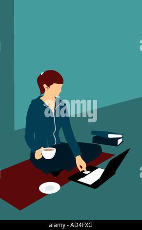 Une femme assise sur le sol avec une tasse de thé et à l'aide d'un ordinateur portable