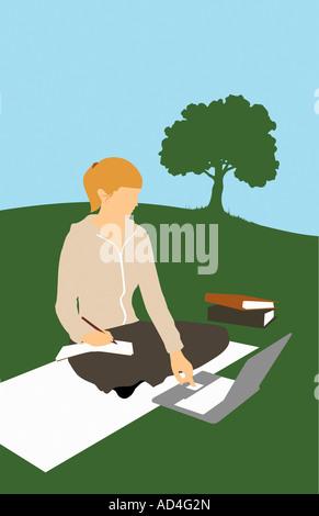 Une femme assise dans un parc et à l'aide d'un ordinateur portable