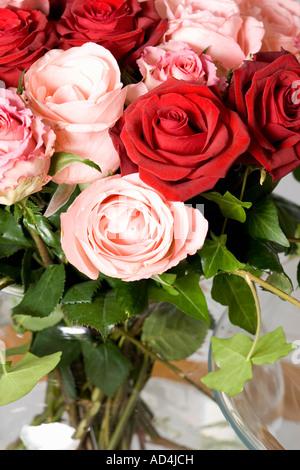 Un bouquet de roses rouges et roses dans un vase sur une table