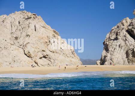 Les falaises rocheuses et la plage à l'extrémité de la péninsule de Baja, à Cabo San Lucas Baja California Mexique Banque D'Images