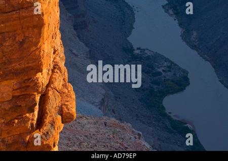 Lever du soleil d'or de la lumière sur des rocher au-dessus de la rivière Colorado Toroweap Grand Canyon National Banque D'Images