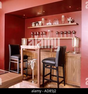 Le bar contemporain tabourets en cuir et en alcôve cuisine Banque D'Images