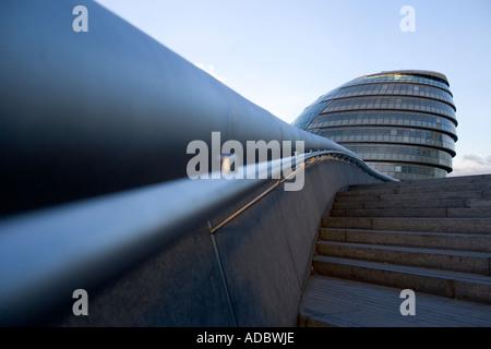 City Hall, Londres Angleterre vue unique vers le haut des escaliers à partir de la rive sud de la Tamise près de Banque D'Images