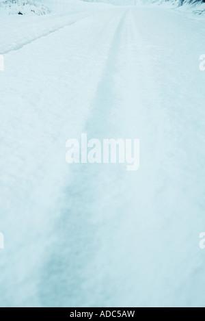 La neige qui tombe sur la route couverte de neige, close-up Banque D'Images