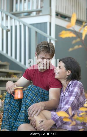 Couple en pyjama sur étapes dans la matinée à Boulder Colorado Chautauqua Banque D'Images