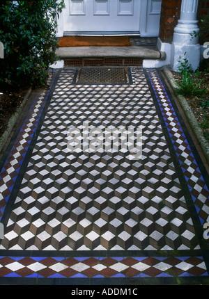 Sol carrelé victorien géométrique porte avant d'Hever chemin South West London Banque D'Images