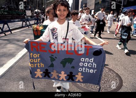 Les enfants de l'école en mars la Parade pour la planète le jour de la Terre 1995 Banque D'Images