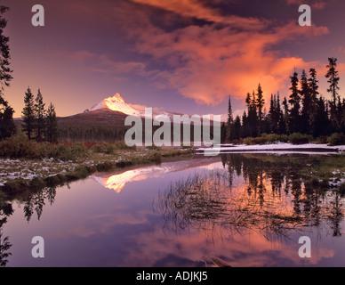 La réflexion du mont Washington en grand Lac Oregon Banque D'Images