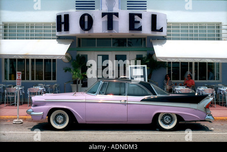 Cadillac rose en dehors Colony Hotel, Ocean Drive, à South Beach, Miami, USA Banque D'Images