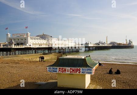 Poisson et chip shop sur la plage par la jetée de Brighton sur la côte sud de l'Angleterre, Royaume-Uni Banque D'Images