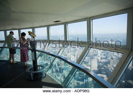 Les touristes dans le sky pod le monde s plus haut pont d'observation sur la Tour du CN à Toronto Ontario Canada Banque D'Images