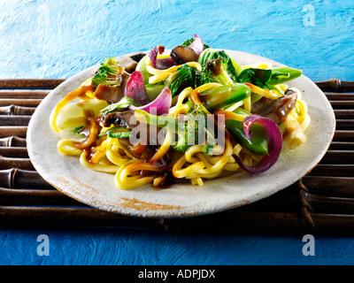 Sauté végétarien oriental de légumes et nouilles Banque D'Images