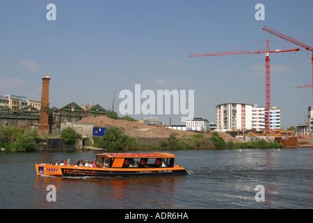 Angleterre Bristol harbour ferry passagers passe devant de nouveaux quais appartement construction site