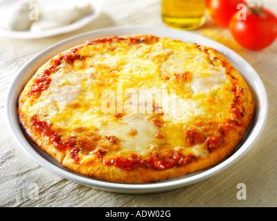 Pizza garnie de 3 fromages pizza napolitaine une Margarita Banque D'Images