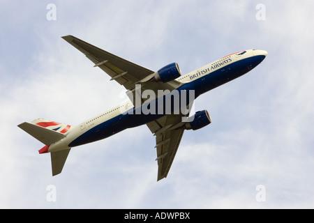 British Airways jet avion volant au loin de l'aéroport d'Heathrow de Londres Royaume-Uni Banque D'Images