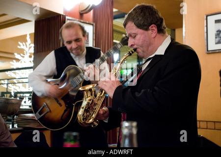 Les musiciens de jazz de jouer de la musique à la Brasserie Bowfinger sur Réveillon Paris France Banque D'Images