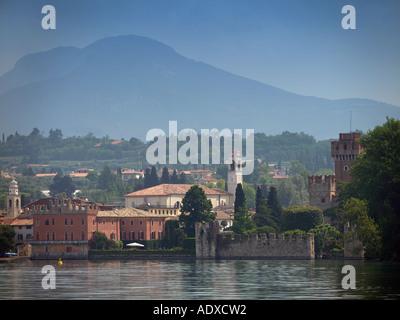 Bâtiments de style vénitien et château à Lazise lac de Garde en Italie du nord vu du lac avec les montagnes en arrière Banque D'Images