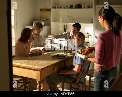 Deux couples d'avoir le déjeuner le dîner en chalet Banque D'Images