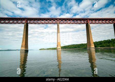Le Forth Rail Bridge vu de South Queensferry traversant l'estuaire de la Fife. Banque D'Images