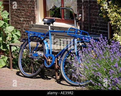 Kronan bleu vif location garé contre une maison à Delft aux Pays-Bas Design classic avec le statut de culte