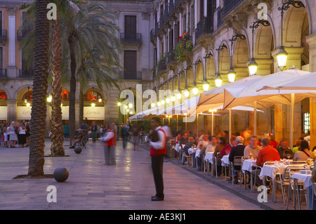Diners dans un restaurant de la place du vrai au crépuscule le Barri Gotic Vieille Ville Barcelone Espagne