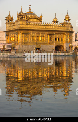 Le Temple d'or sikh reflétée dans la piscine, de l'État du Pendjab, Amritsar, Inde, Asie Banque D'Images