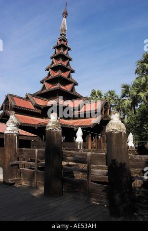 Bagaya Kyaung monastère, construit en 1838, de teck, appuyé par 267 postes, ancienne ville d'Inwa (AVA), Mandalay, Banque D'Images