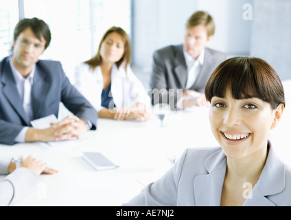 Businesswoman smiling at camera, salles en arrière-plan Banque D'Images