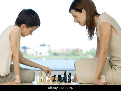 Mère et fils jouant aux échecs Banque D'Images