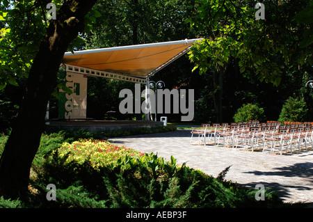 Scène vide prêt pour un spectacle situé dans un parc lumineux vert Banque D'Images